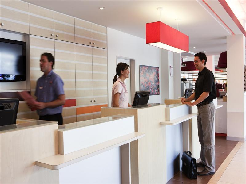Rezeption Hotel ibis Zürich Messe-Airport